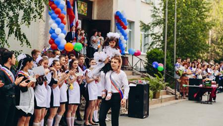 Последний звонок дали ученик 11Б класса Ядута Владимир и ученица 1А класса Скребец Мирослава
