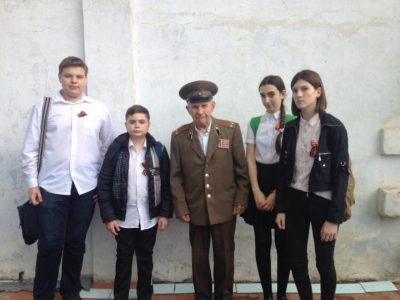 ученики 8-Б нашей школы в гостях у ветерана